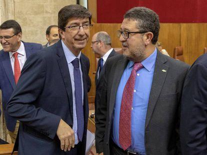 El vicepresidente de la Junta, Juan Marín (izquierda), conversa con el presidente de Vox, Francisco Serrano, en el Parlamento de Andalucía.