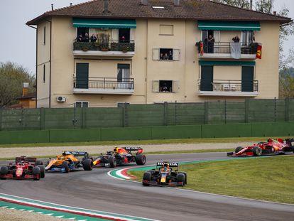 Verstappen se sale de la pisra en un momento de la carrera en el circuito de Imola.