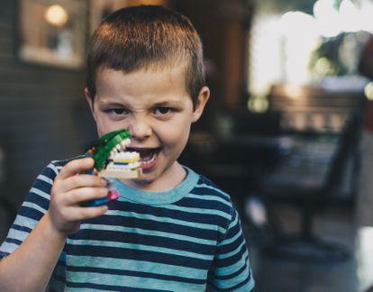 Un niño hace el tonto con su juguete.