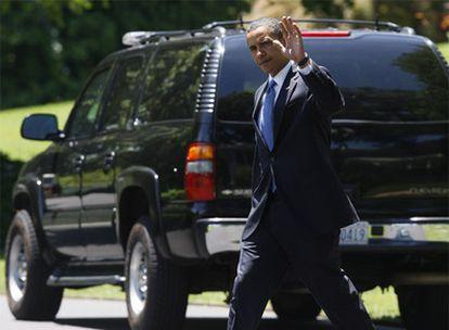 Obama pasa por delante de un Chevrolet de la flota presidencial, ayer en la Casa Blanca.