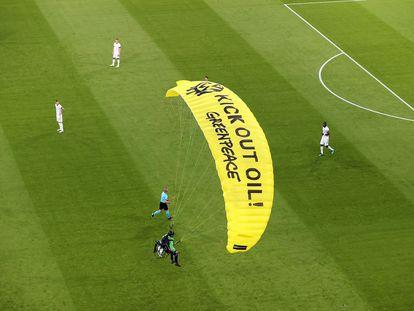 Un activista de Greenpeace desciende sobre el estadio de Múnich antes del partido entre Francia y Alemania, el pasado 15 de junio.