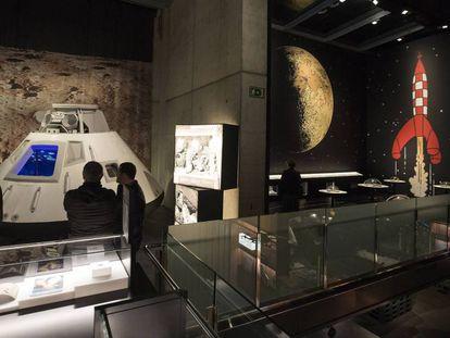 La reproducción del módulo de mando del 'Apolo XI' y el cohete de Tintín, en la exposición. En vídeo, la directora adjunta de la Fundación La Caixa explica la exposición.