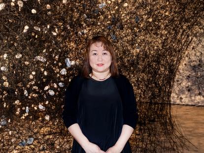 La artista japonesa Chiharu Shiota ante su instalación, en Balaguer, el pasado 3 de junio.