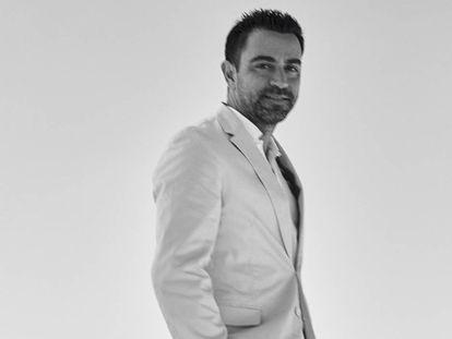 Xavi Hernández posa junto al mar Inland, en Qatar, como pocas veces le hemos visto: de traje. Es de BOSS, por cierto.