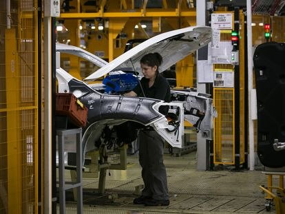 Una trabajadora de la planta de Nissan en  la Zona Franca.