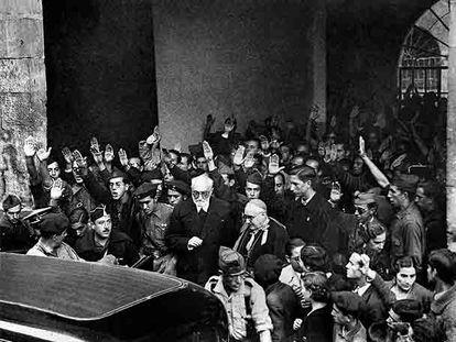 Unamuno, en el centro, abandona el acto del Día de la Raza, el 12 de octubre de 1936, en Salamanca.