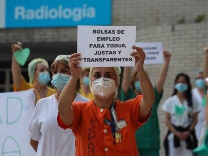 Protesta del personal sanitario frente al hospital madrileño Gregorio Marañón, el lunes.