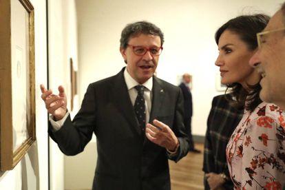 José Manuel Matilla muestra uno de los dibujos a la Reina y a Javier Solana.
