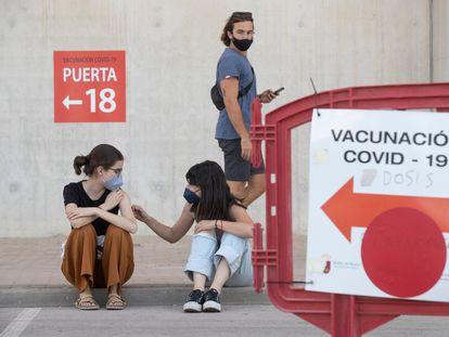Dos estudiantes de Erasmus este martes tras vacunarse contra la covid-19 en el Estadio Nueva Condomina de Murcia.
