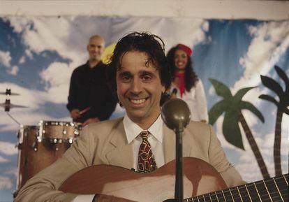 Carlos de France en Brasil. En su faceta de músico viajó por todo el mundo y llego a grabar en los estudios de los Estefan y mezclar en Nueva York.