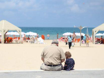 Un abuelo con su nieta.