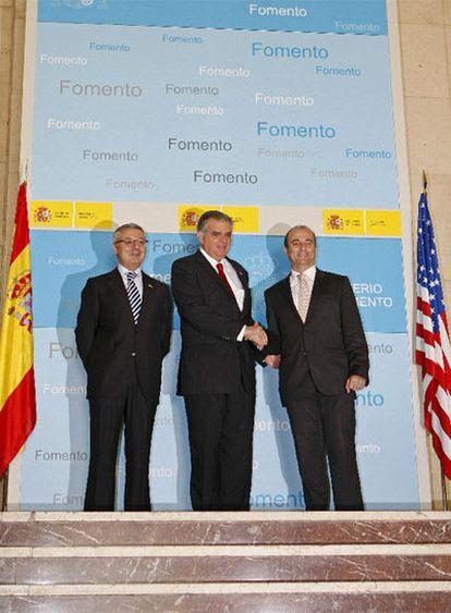El ministro de Fomento español junto a su homólogo estadouniense y el ministro de Industria, Turismo y Comercio