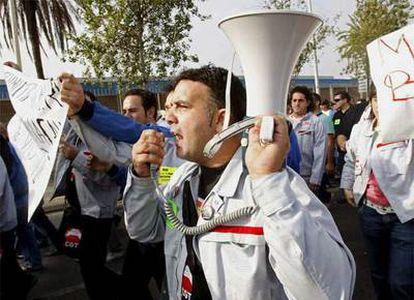 Los trabajadores de la multinacional Nissan, durante una protesta contra el despido de más de 1.600 personas a las puertas de la fábrica en Barcelona.