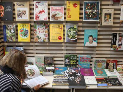 Estanterías con libros de cocina y de alimentación en la librería La Central de Madrid.