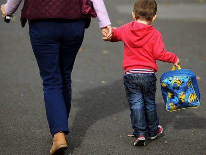 Un niño se dirige a la guardería.
