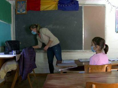Ana Masnit da clase a sus alumnos. En vídeo, el testimonio de esta profesora que hace 13 kilómetros diarios para trabajar.
