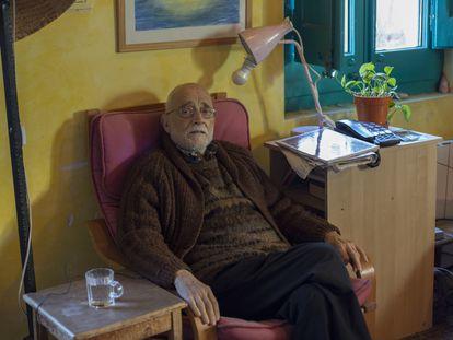 El economista y activista Arcadi Oliveres en su casa en Sant Cugat (Barcelona), el pasado mes de febrero.