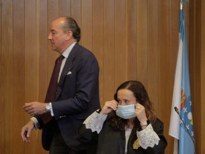 Uno de los abogados de la familia Franco, Luis Felipe Utrera-Molina, pasa tras la juez de Primera Instancia 1 de A Coruña, María Canales Gantes, en la tercera sesión del juicio por la propiedad de Meirás.