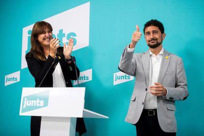 Laura Borràs, ya candidata a la presidencia de la Generalitat, aplaude al consejero Damià Calvet, este domingo, tras conocerse el resultado de las primarias. MARTA PÉREZ (Efe)