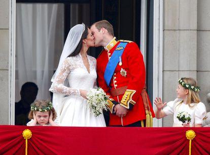 El Príncipe Guillermo y su esposa Kate Middleton, que recibió el título de Duquesa de Cambridge, se besan en el balcón del Palacio de Buckingham, en Londres, después de su boda en la Abadía de Westminster, el 29 de abril de 2011.