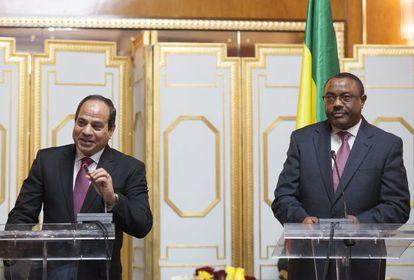 El presidente egipcio Abdelfatá al Sisi (izquierda) y el primer ministro etíope Hailemariam Desalegn tras la firma del acuerdo.