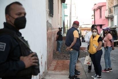 La candidata a la reelección Maribel Juárez recorre las calles del municipio acompañada por su equipo de seguridad.