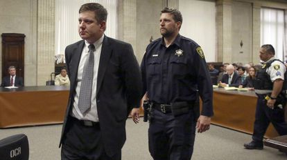 Jason Van Dyke abandona esposado el tribunal en Chicago