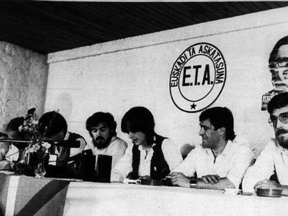 ETA Político-militar comunica su disolución como grupo armado en 1982.