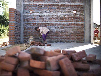 Un niño trabajando en Nepal.
