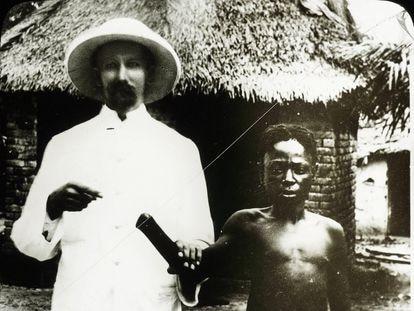 Un misionero señala a la mano cortada de un aldeano congoleño, símbolo de la brutalidad colonial, a principios del siglo XX.