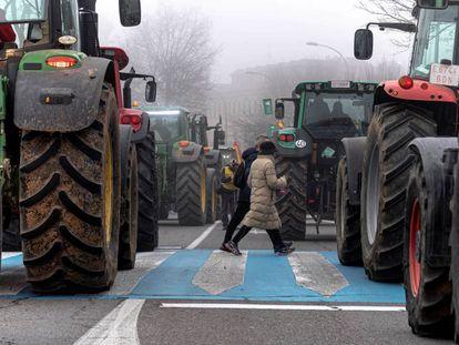 Manifestación de agricultores y ganaderos en Toledo, este martes. En vídeo, el ministro de Agricultura anuncia medidas para paliar la crisis del campo.