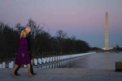 El presidente electo, Joe Biden, y su mujer, Jill Biden, durante el homenaje a las víctimas de la covid-19, en Washinton (EE UU), este 19 de enero. EVAN VUCCI / AP