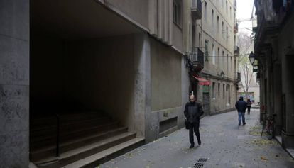 Entrada al edificio donde se halla el piso turístico ilegal.
