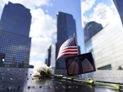 Banderas y flores en recuerdo de las víctimas, el viernes en el Memorial del 11-S en Nueva York.