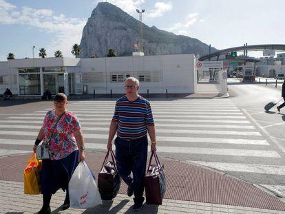 Varias personas abandonan territorio gibraltareño.