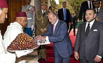 El Rey durante su encuentro con Mohamed VI en Marraquech hoy.