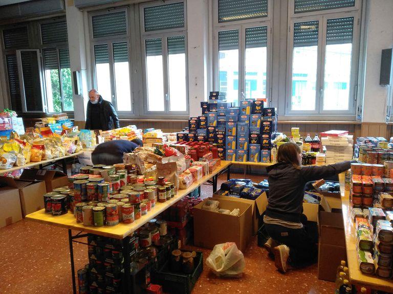 Varios voluntarios reparten comida en una iglesia en Roma, este lunes.