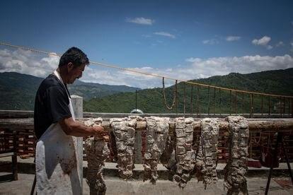 Cuauhtémoc Aquino, en la terraza de su casa, que usa como carnicería.