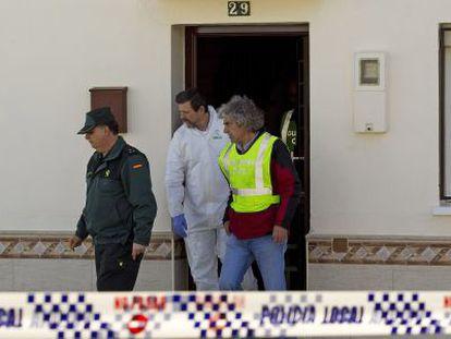 La Guardia Civil sale de la casa del padre, ayer en Campillos (Málaga).