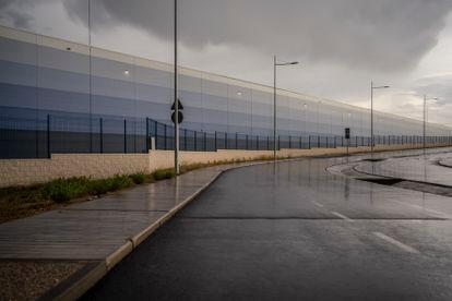 Fachada de una gran planta logística en Ilescas (Toledo) este mes.
