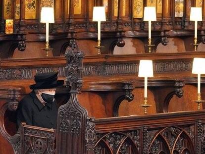 La reina Isabel II, en la capilla de San Jorge durante el funeral del duque de Edimburgo, este sábado.