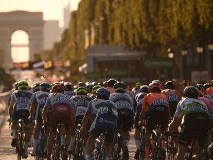 Los ciclistas recorren los Campos Elíseos, en la última etapa del Tour de 2019.
