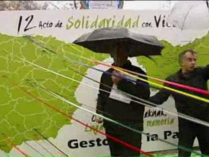 """El colectivo pacifista Gesto por la Paz incluyó ayer en Bilbao en un acto de recuerdo a las víctimas a las causadas por las actuaciones """"desproporcionadas e indebidas del Estado"""" dentro de lo que sus promotores calificaron como """"tarea de reconstrucción""""."""