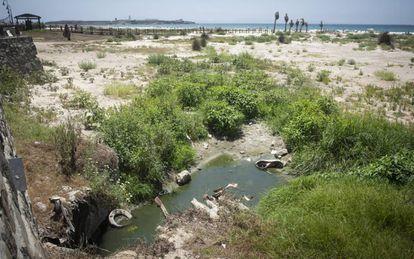 Desagüe en una de las playas de Tarifa, en Cádiz.