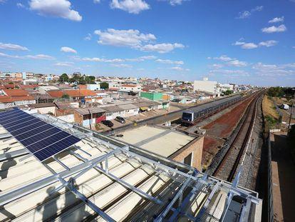 Estación de metro impulsada por energía solar en Brasilia, Brasil.