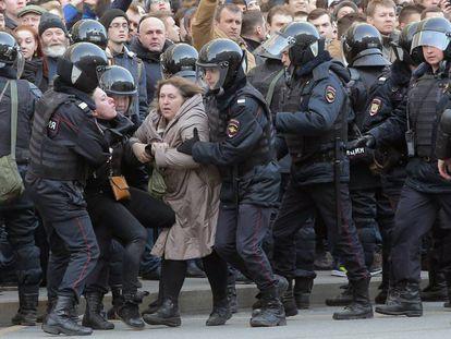 La policía rusa detiene a dos mujeres en una manifestación contra la corrupción en Moscú el 26 de marzo.