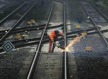 Un trabajador repara los desperfectos de una vía en Oberhausen, al oeste de Alemania.