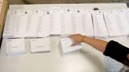 Papeletas electorales de las elecciones del 10-N en un colegio de Madrid.