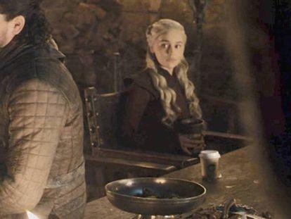 Emilia Clarke asumió la culpa de la aparición de un vaso desechable en el cuarto episodio de 'Juego de Tronos'.