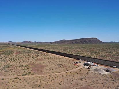 La construcción del muro fronterizo en la reserva de Cabeza Prieta, en el desierto de Sonora.